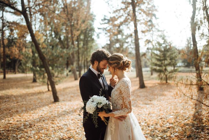 Chico chica boda bosque ramo