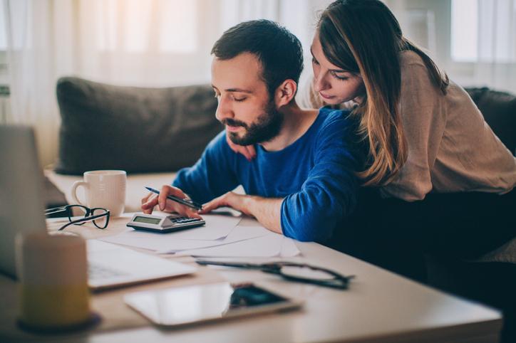 Pareja revisando economía del hogar