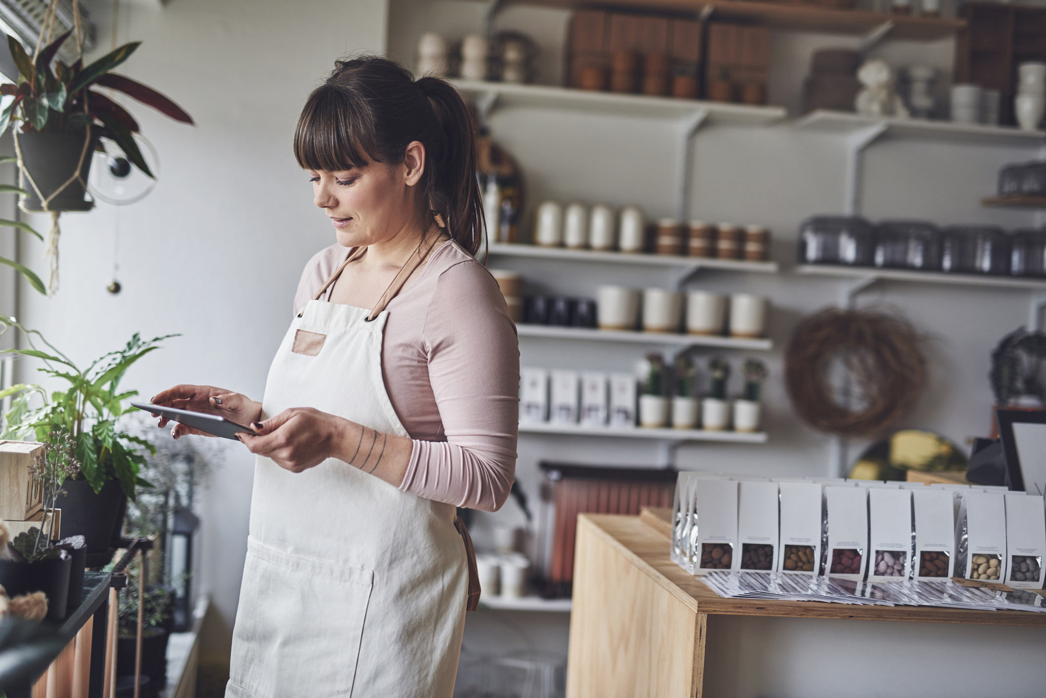 Mujer mirando tablet en su negocio
