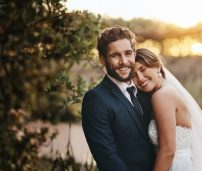 Pareja boda sonrisa puesta sol