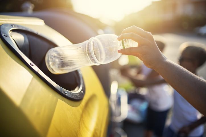 Botella en contenedor amarillo
