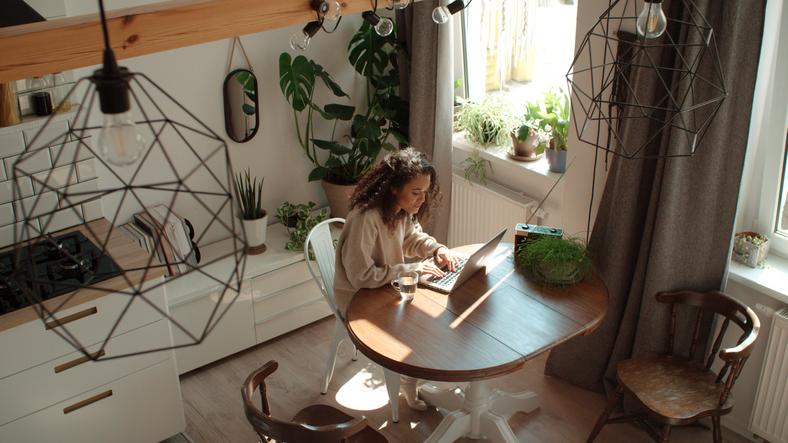 Mesa chica mirando portátil