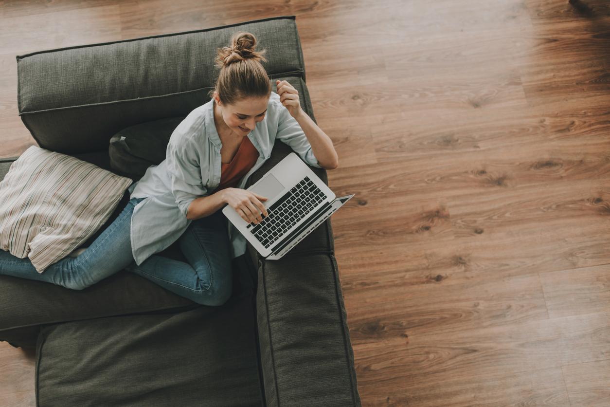 Mujer en sofá con móvil