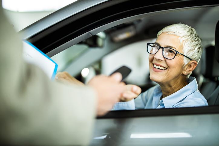 mujer entrega coche