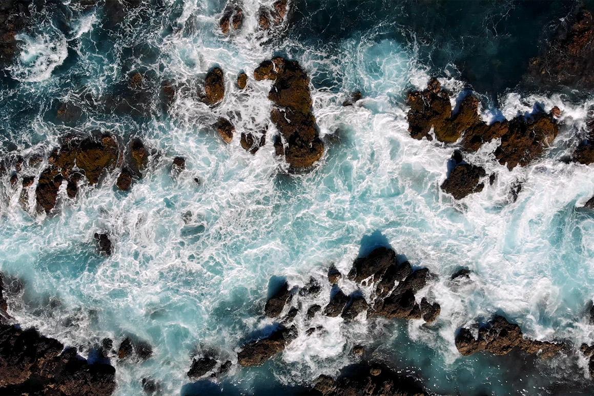 Olas del mar rompiendo