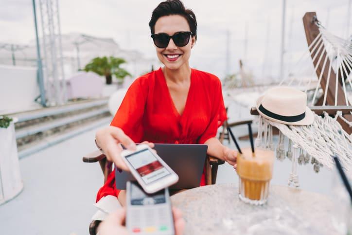 ¿Qué es mejor pagar con tarjeta o con móvil fuera de España?