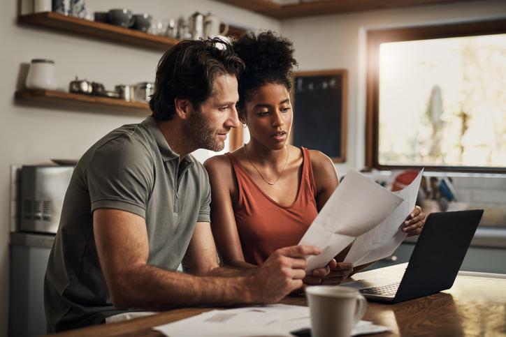 pareja ordenador papeles