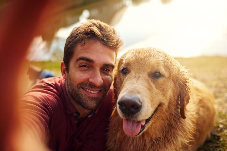 Selfie hombre y perro